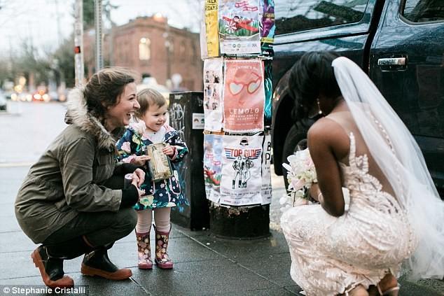 Сентиментальная история: девочка приняла красивую невесту за принцессу из своей любимой книжки