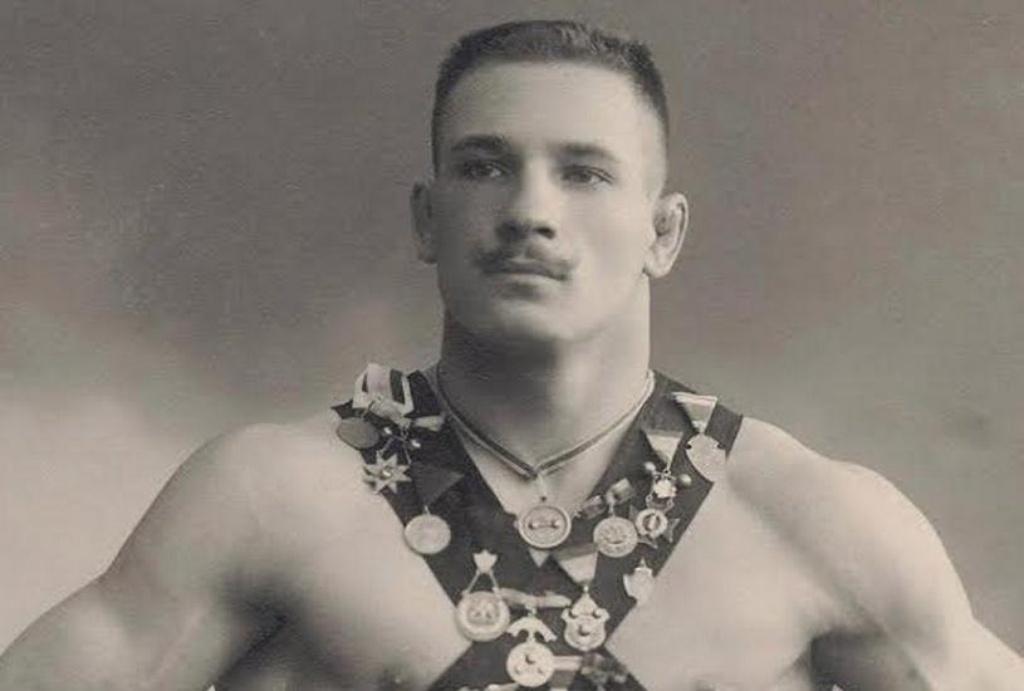 Он продал бриллиантовый пояс и купил для Красной Армии танк. Вейланд-Шульц.