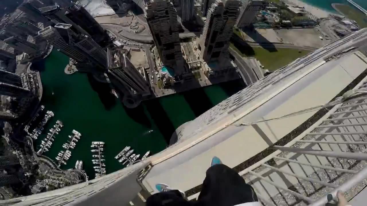 Экстремал из Екатеринбурга прыгает по небоскребу