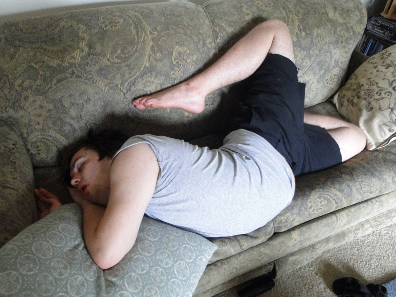 Мужик фотографирует пьяную жену на диване  675744
