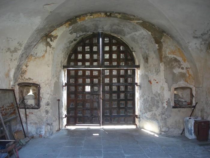 Свиржский замок в селе Свирж Львовская область. Главные ворота.