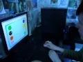 Аутист занимается на компьютере. Authist sorts by colour.