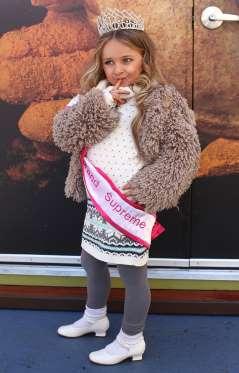 Изабелла Барретт,впервые появилась на экранах в шоу «Коронованные детки»,решила в свои пять лет отправиться в самостоятельное плавание и запустить собственную линейку одежды,обуви и косметики.К 9 годам она уже стала миллионершей.