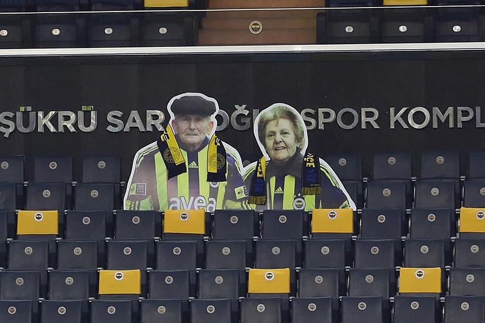 На трибунах домашнего стадиона появились картонные фигуры супругов - ровно на том месте, где они сидели при жизни