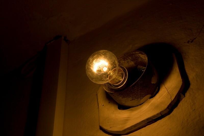 А вы все еще сами меняете лампочки в своем подъезде
