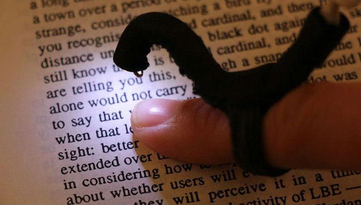 """Крошечная """"пальчиковая"""" камера позволит незрячим людям читать без шрифта Брайля"""