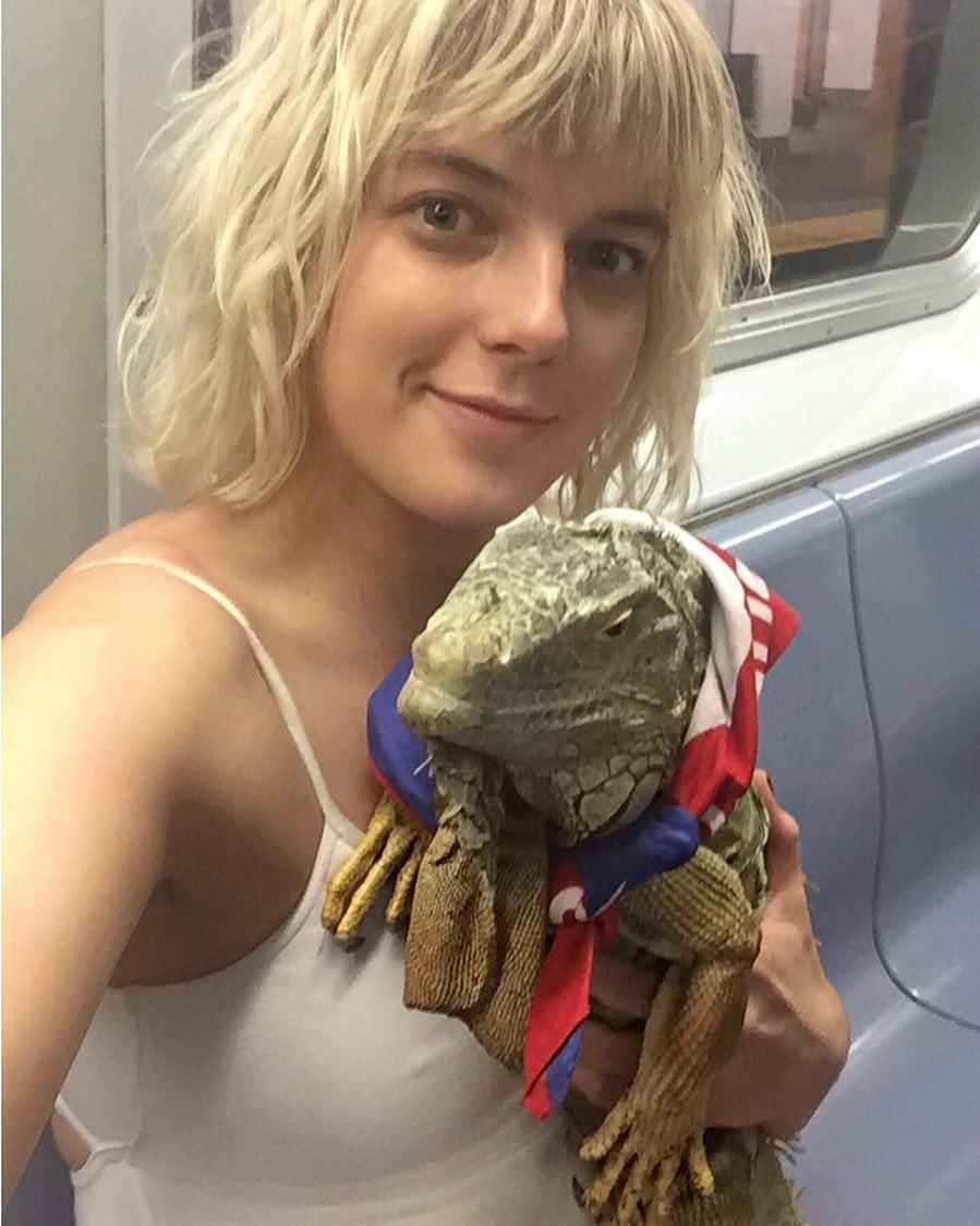 Девушка, снявшая ласковую игуану в метро: Годзилла оказался совсем не страшный