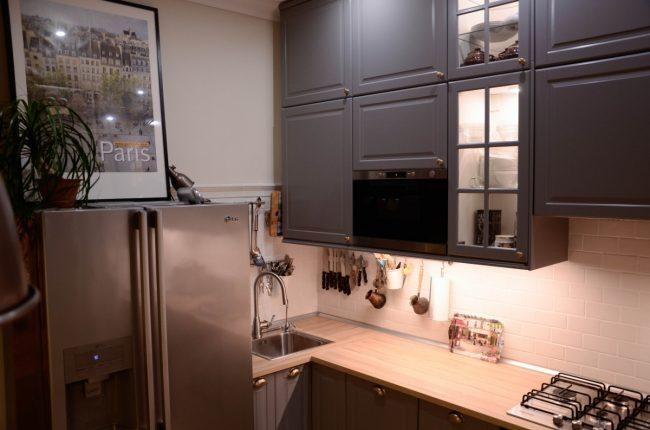 Небольшая кухня от ИКЕА серого цвета с маленькой угловой мойкой и узкой тумбой под ней