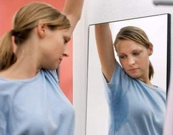 Повышенная потливость или гипергидроз могут быть следствием заболеваний, поэтому вам нужно обратиться к врачу и выяснить причину повышенной потливости.