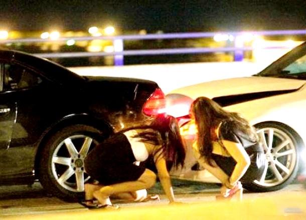 Немного о непростых взаимоотношениях женщин с автомобилями в фото