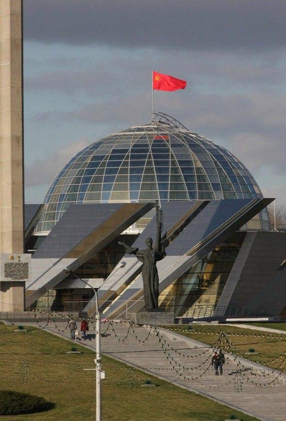 Единственный город в мире, где флаг СССР реет днем и ночью