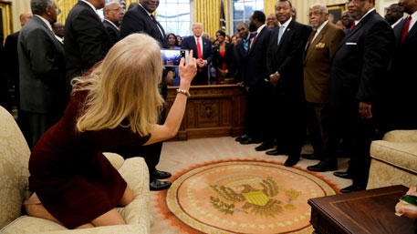 «Развратная» советница Трампа на коленях шокировала Сеть