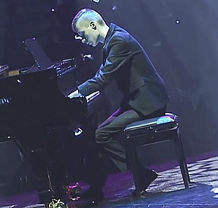 Пианист без пальцев из России покорил тысячи зрителей в Финляндии