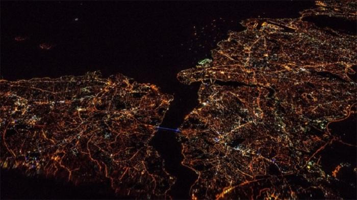 Красота ночной Земли во время ночного полета из Варшавы в Тель-Авив, Израиль.