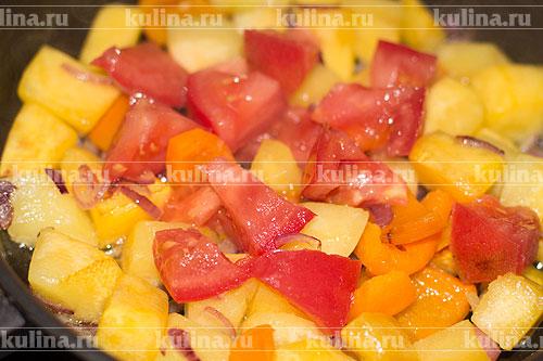 Помидоры нарезать ломтиками и выложить к остальным овощам.