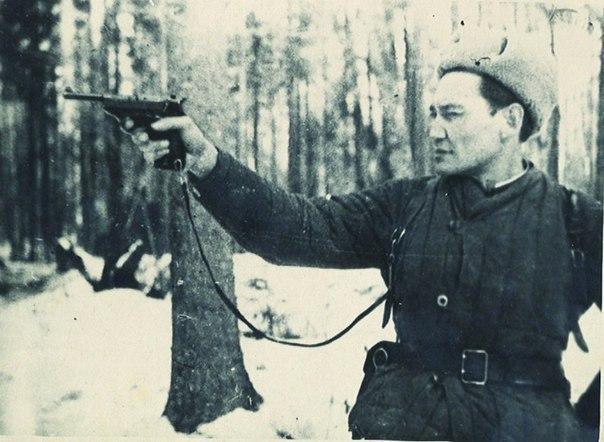 Советский офицер из Казахстана Бауржан Момыш-улы, главный кумир для  Фиделя Кастро и Че Гевары