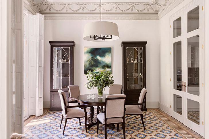 Проект российских дизайнеров: квартира в Барселоне с мозаикой и лепниной