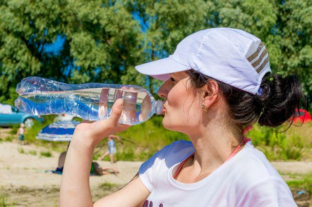 Какая вода полезнее, с газом или без