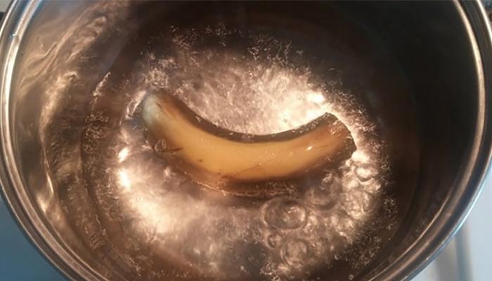 Помой банан и брось в кипящую воду! Через 10 минут получится особенное средство…