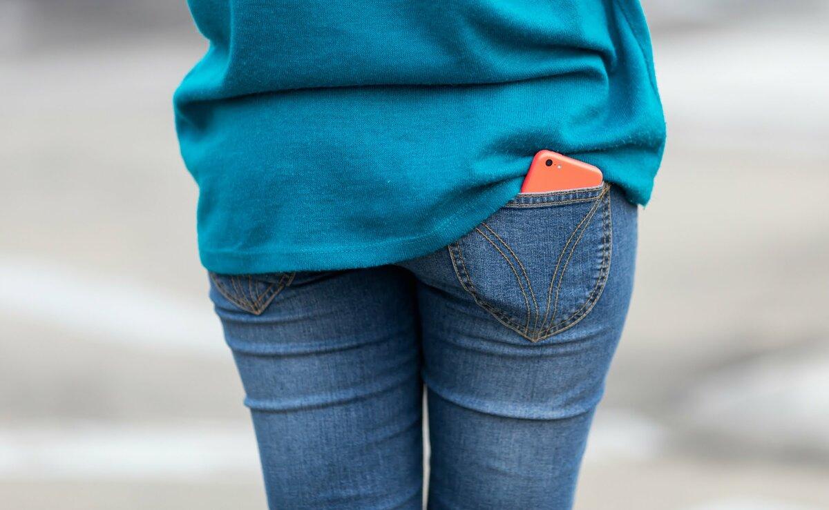 Женщина носит телефон в заднем кармане джинсов. /Фото: ina-online.net
