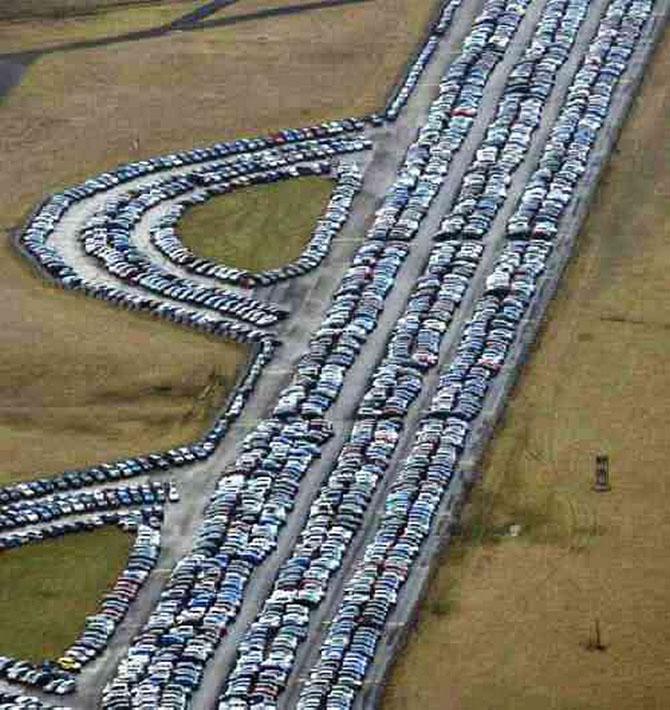 Тысячи непроданных автомобилей в местечке Аппер Хейворд, Бичестер, Окфордшир. Тут яблоку негде упасть. авто, факты