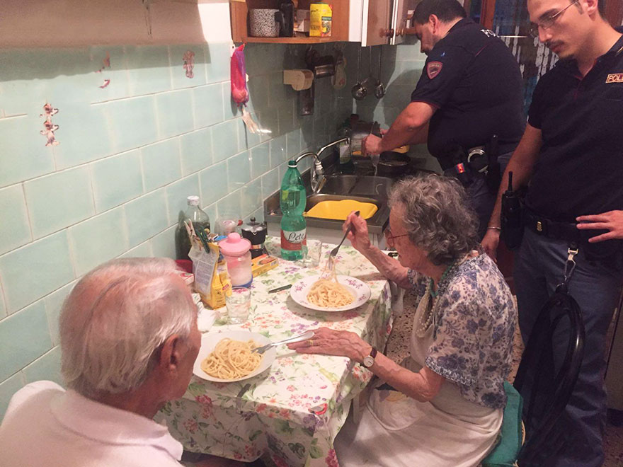 Police Found Lonely Elderly Couple Crying, So They Cooked Them Pasta, And Stayed For A Chat