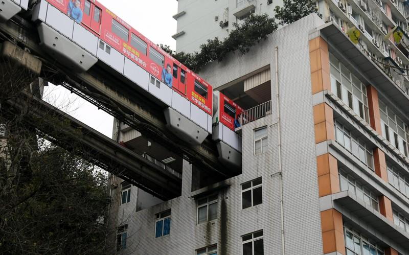 3. В Китае поезда проходят сквозь жилой дом железная дорога, интересно, непроходимые места, опасные дороги, тоннель, фото