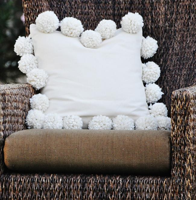 Снежные помпоны: декор подуш…