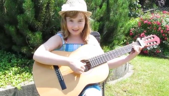 Очаровательная девочка прекрасно поет песню «Голубой вагон»