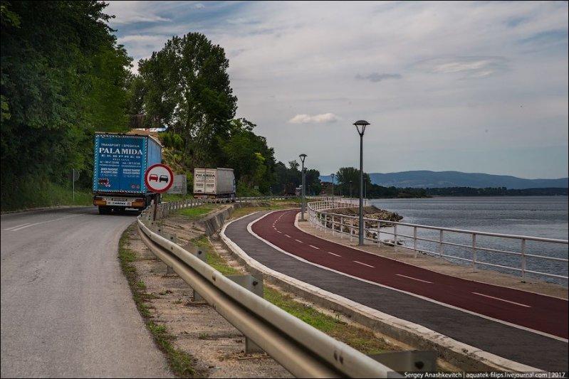 Кстати, встречаются и довольно удивительные явления на дорогах. Как например, эта параллельная велосипедная дорожка вдоль трассы на берегу Голубацкого озера. авто, автопутешествие, движение, дороги, путешествие, сербия, фото, фоторепортаж