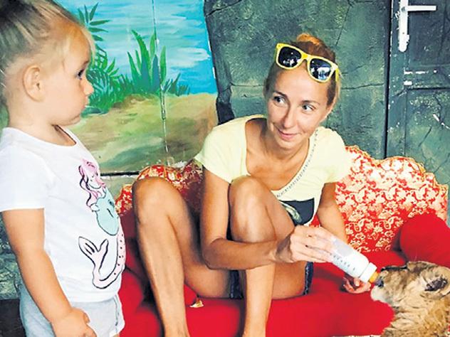 Навка отправила дочь в зоопарк