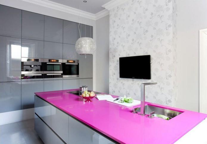 Серая кухня розовые стены
