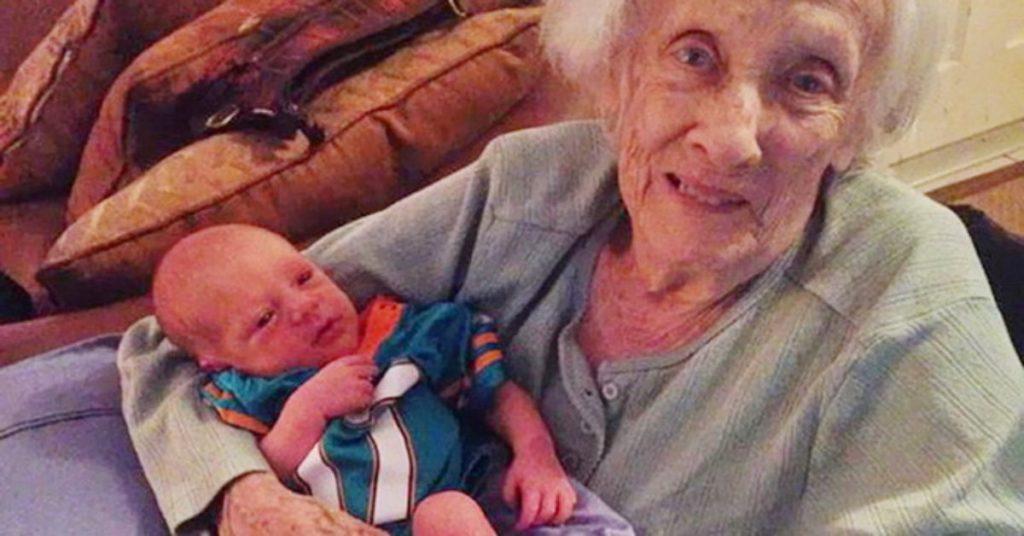 Веселая история о том, как бабушка нянчила новорожденную правнучку