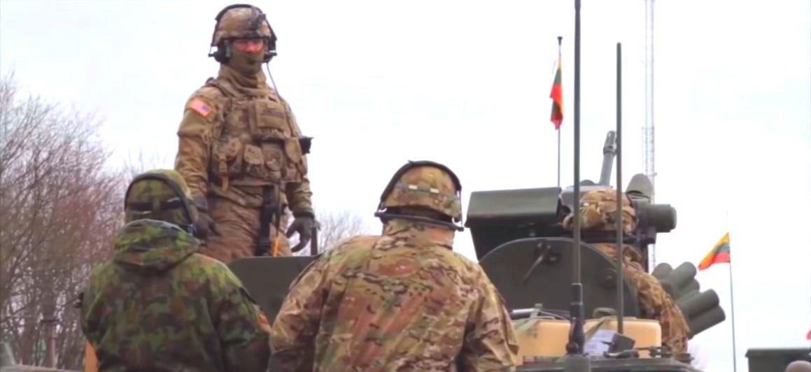 Солдаты армии США разорвали флаг Литвы, сорвав его со здания прокуратуры в Каунасе