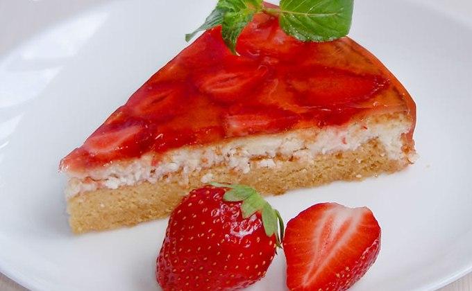 Клубничный торт с творожной прослойкой без выпечки