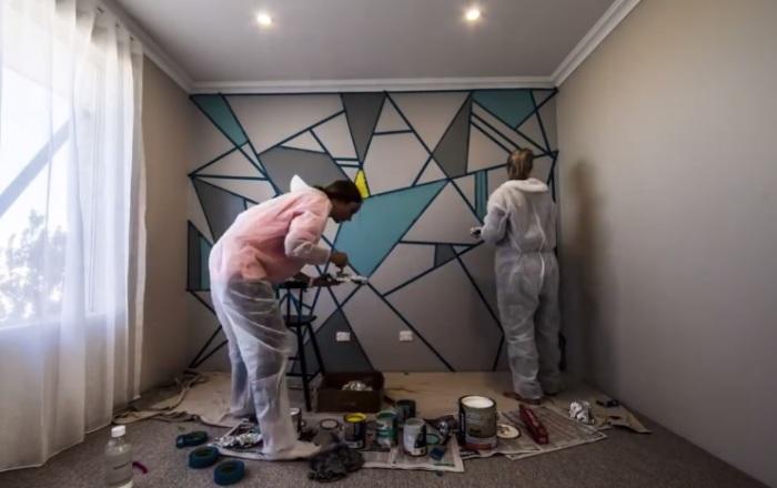 Никаких обоев — превращение комнаты в стильную штучку при помощи скотча и краски