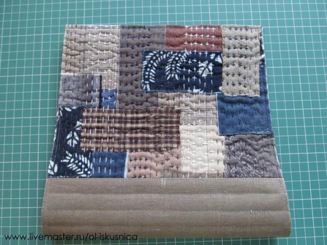 Выполняем боковые швы сумки, вставляя шлевки в верхней части.