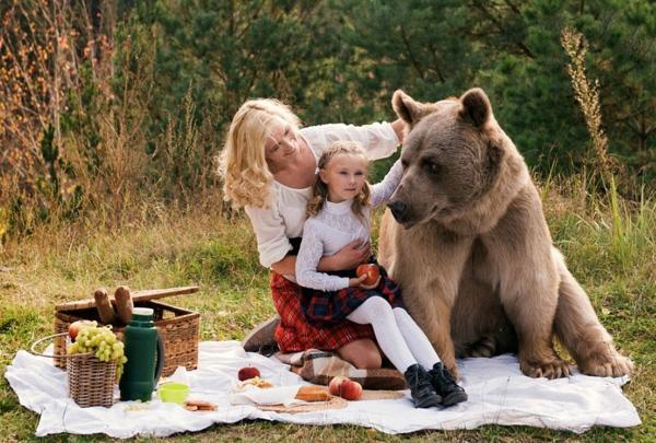 Суровый русский пикник: мама и дочь пообедали в компании медведя