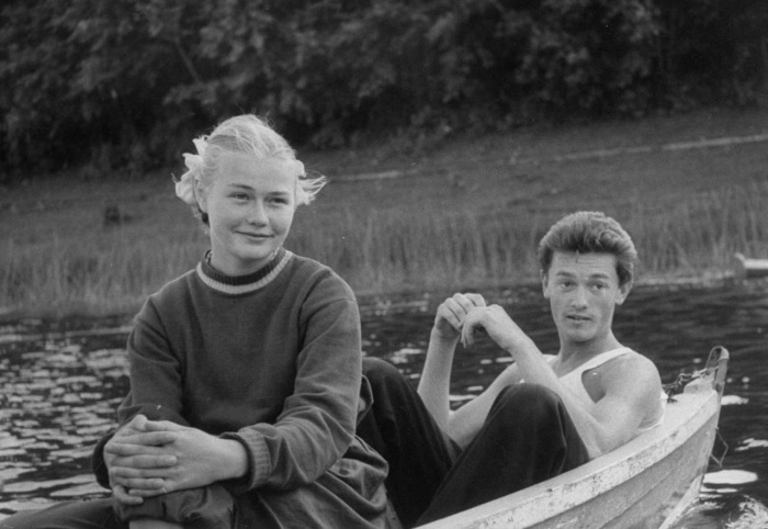 Девушка с парнем в лодке. СССР, Москва, 1956 год.