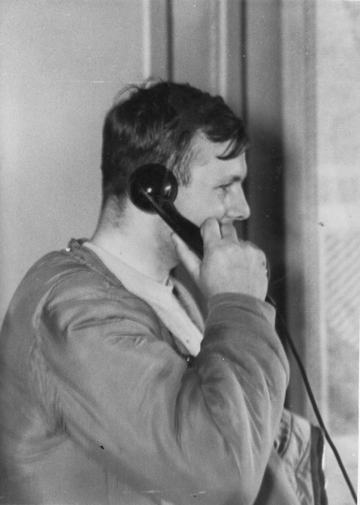 Юрий Гагарин по телефону докладывает Никите Сергеевичу Хрущеву о совершенном полете. СССР, Ю. Гагарин, история, факты, фото