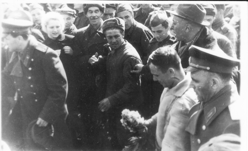 Гагарин в окружении народа. СССР, Ю. Гагарин, история, факты, фото