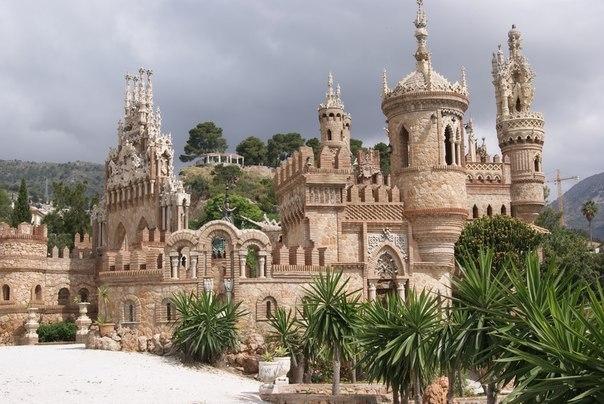 Фантастический замок Коломарес в Испании