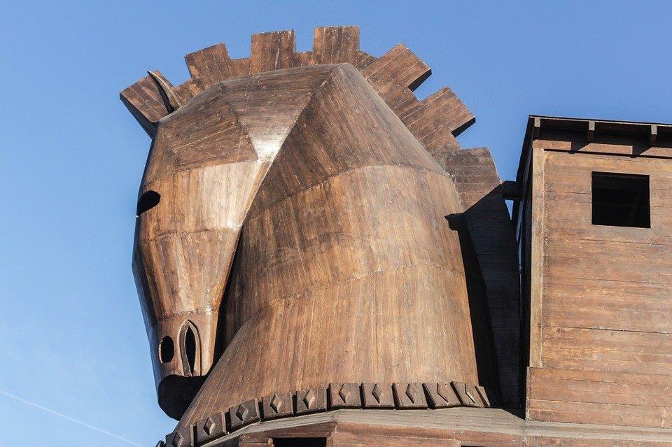 «Троянский конь у нас под бо…