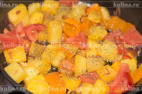 Овощи посолить, поперчить, посыпать базиликом.