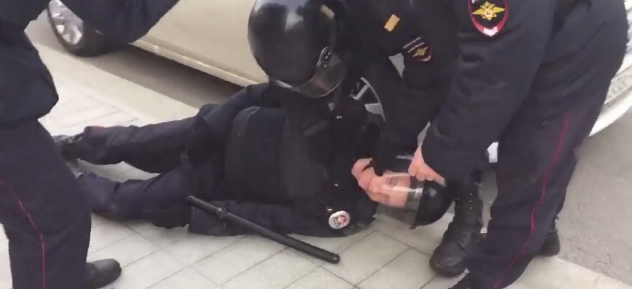 В Москве сторонники Навального избили омоновца