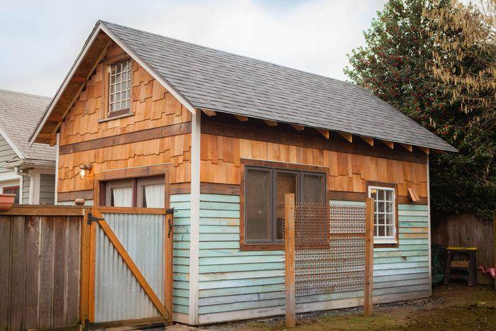 Крутой домик вместо старого сарая — 35 кв. метров сплошного уюта из подручных материалов