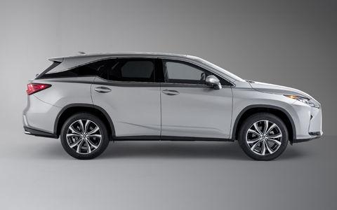 Lexus усадил двоих пассажиров в багажник RX