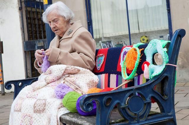 104-летняя бабушка «одела» в…