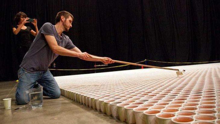 Канадский художник сотворил шедевр из 66 000 стаканчиков с водой