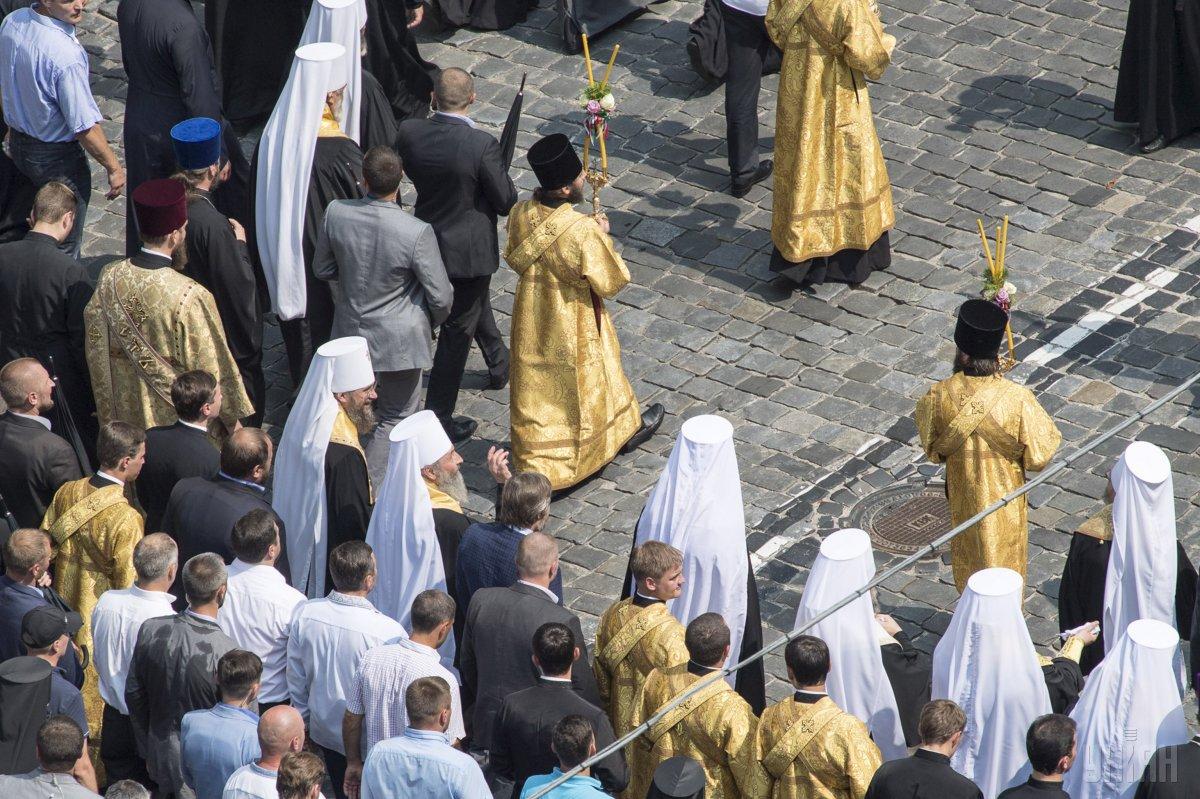 На молебен на Владимирской горке в Киеве собрались около 10 тыс. человек